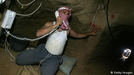 Man using a phone in a tunnel (Foto: Getty Images)