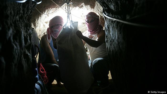 Zwei Männer hocken im Tunnel (Foto: Getty Images)
