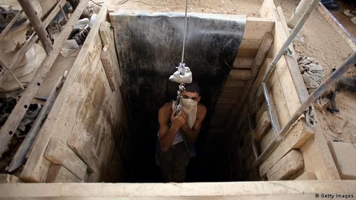 Junge lässt sich in Tunnel herab (Foto: Getty Images)