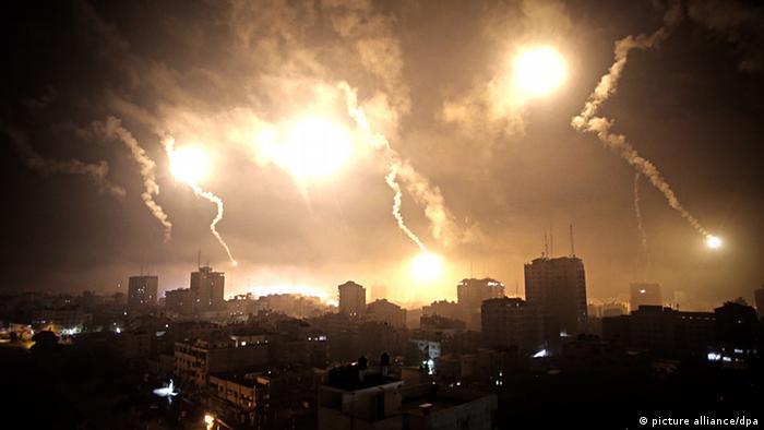 Leuchtraketen erhellen den Himmel über Gaza (AP Photo/Khalil Hamra)