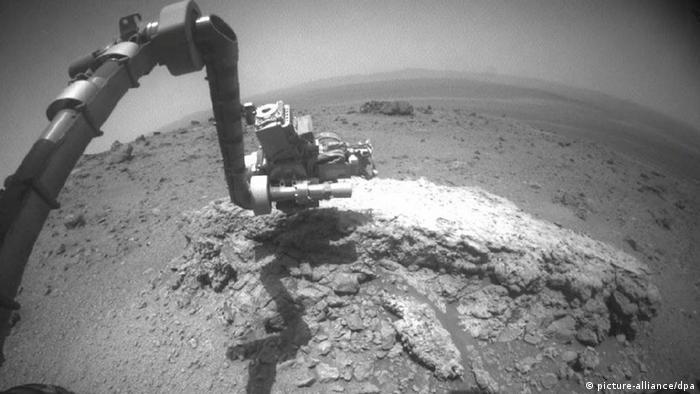 سفرهای تحقیقاتی گوناگون آپورچونیتی از یک گودال آغاز شد. این سطحنورد ششچرخه زمین سنگی این سیاره را میپیمود و یافتههای ارزشمندی را درباره خصوصیات مریخ به زمین میفرستاد. از جمله اینکه در این سیاره سرخ در گذشته آب وجود داشته است.