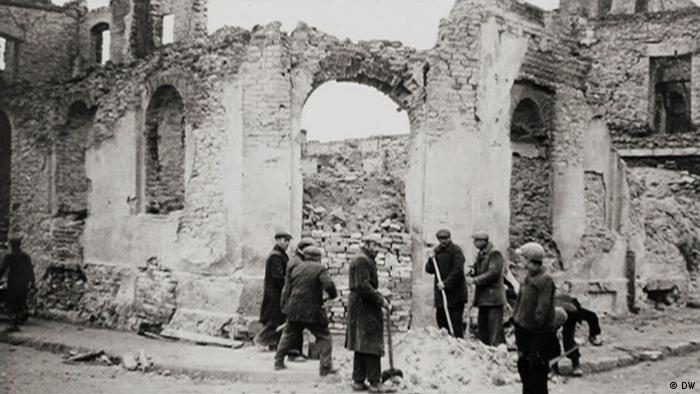 Ein zerstörtes Haus im von Deutschen zerstörten Wieluń