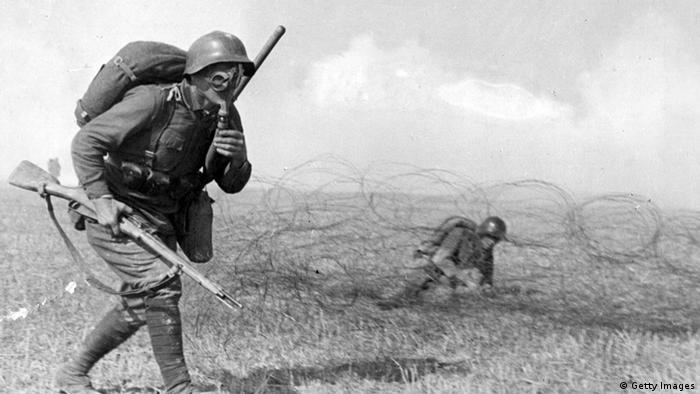 Солдат в противогазе