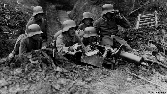 Foto antiga com soldados em trincheira