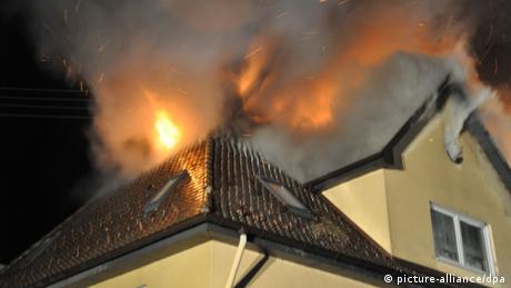 Haus mit brennendem Dach.