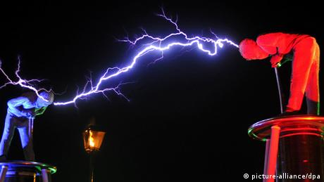 A lightning between the hads of a blue and a red man