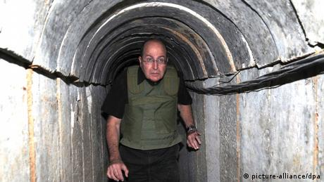 Israeli Defense Minister Yaalon in a Hamas tunnel (Foto: picture-alliance/dpa)