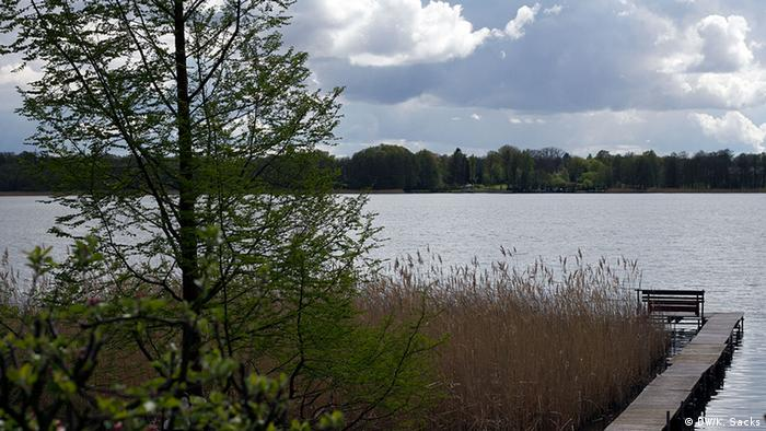 A boardwalk on Wandlitz Lake on the 66 Lakes Trail in Brandenburg, Copyright: DW / K. Sacks
