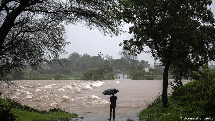 Indien Unwetter Regen und Überschwemmung bei Vajreswari (picture-alliance/dpa)