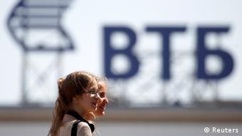 Девушки на фоне логотипа ВТБ