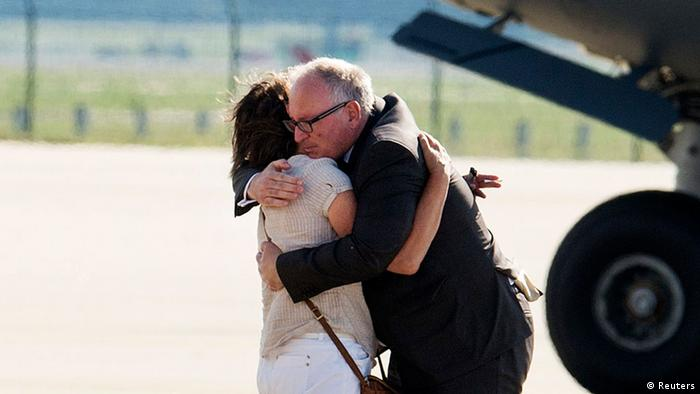 Niederlande MH17 Überführung Opfer Timmermans tröstet Angehörige 23.07.2014
