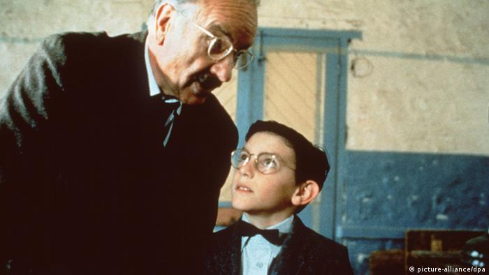 Shine (1996) - im Filmstill blickt ein Junge (Noah Taylor) zu einem älteren Herrn auf - der ist sein Vater (Armin Mueller-Stahl)