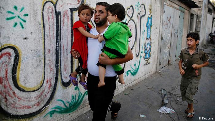 Gaza Menschen auf der Flucht durch die Straßen die meisten Opfer sind Kinder