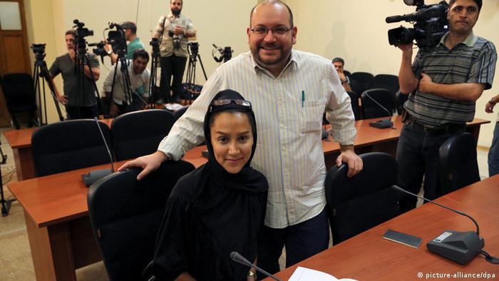 جیسون رضاییان و همسرش یگانه صالحی در یک نشست مطبوعاتی سخنگوی وزارت خارجه ایران در تهران