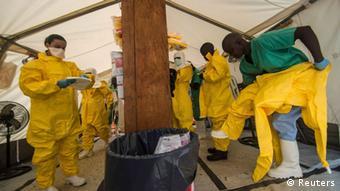 Helfer machen sich in einem Ebola-Zetrum in Sierra Leone bereit, die Isolierstation zu betreten (Foto: Reuters)