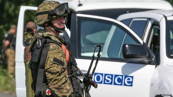 Пророссийский сепаратист проверяет машину ОБСЕ