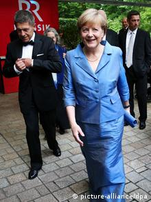 Chancellor Angela Merkel and her husband at the Bayreuth Festspielhaus. (c) dpa – Bildfunk