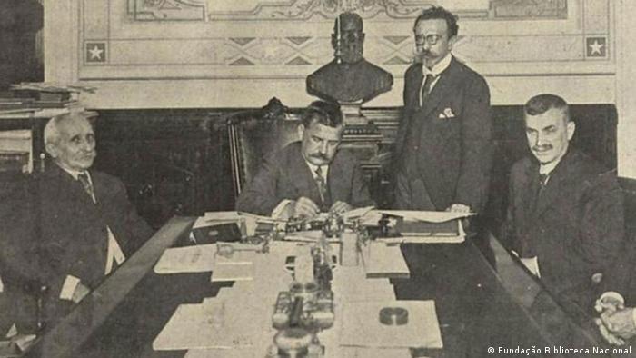 Presidente Venceslau Brás assina a declaração de guerra contra a Alemanha em outubro de 1917