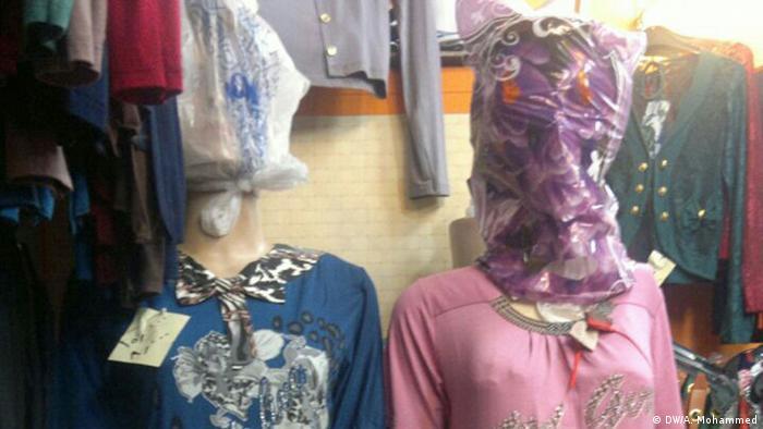 Verdecke Frauenklamotten auf Markt in Mosul