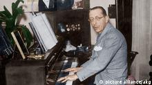 1RD-131-F1934-B Igor Strawinsky am Fluegel / Foto Strawinsky, Igor russ. Komponist Oranienbaum 17.6.1882 - New York 6.4.1971. - Igor Strawinsky in seiner Pariser Wohnung am Fluegel. - Foto, um 1934, digital koloriert.