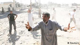 Several men stand in debris (Foto: Ibraheem Abu Mustafa/REUTERS)