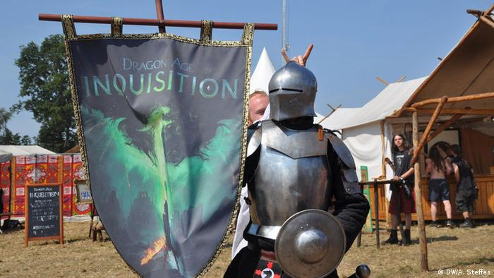 a knight in armor holding a banner (Foto: DW/A. Steffes).
