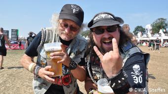 Vater und Sohn auf dem Wacken Festival (Foto: Annabelle Steffes/ DW)