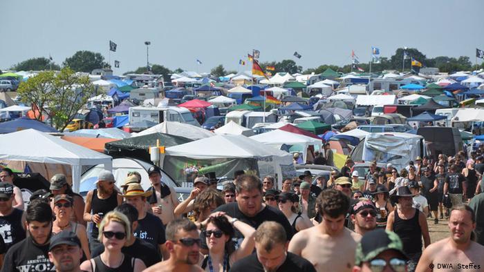 Blick auf die Besuchermenge (Foto: Annabelle Steffes/ DW)