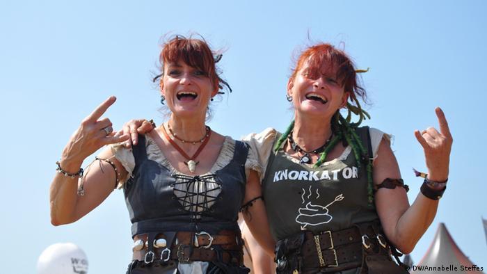 Schaustellerinnen beim Wackinger Village (Foto: Annabelle Steffes/ DW)