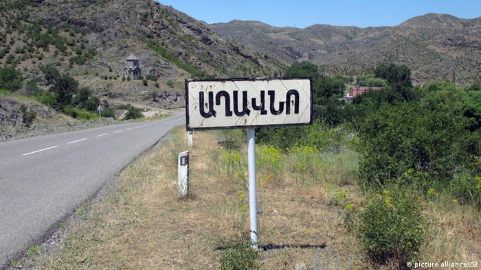 Дорожній вказівник вірменською мовою