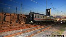Blick auf die Unglücksstelle am Hauptbahnhof von Mannheim (Baden-Württemberg) am 01.08.2014, wo zuvor ein Eurocity der Deutschen Bahn mit einem Güterzug zusammengestoßen ist. Mehrere Waggons seien dabei umgekippt, sagte ein Sprecher der Mannheimer Berufsfeuerwehr. Es habe Verletzte, aber keine Toten gegeben. Foto: Markus Proßwitz/dpa +++(c) dpa - Bildfunk+++