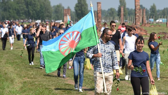 Участники дня памяти геноцида цыган в Освенциме