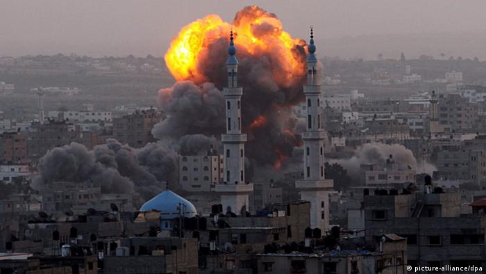 Smoke rises after an air strike on Gaza in 2012 (picture-alliance/dpa)