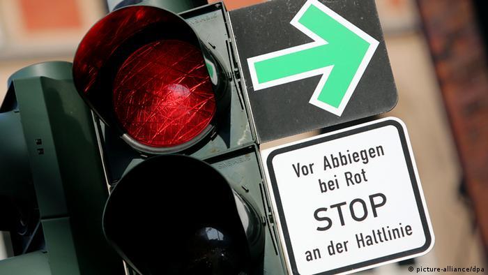 Mesmo com sinal vermelho, plaquinha permite virar à direita