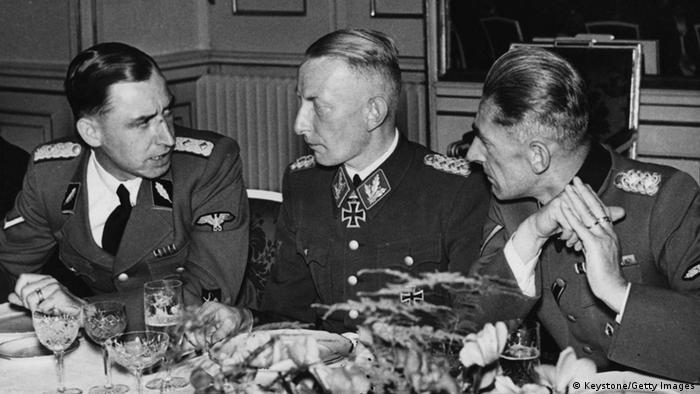 Heinz Reinefahrt przy stole z innymi oficerami