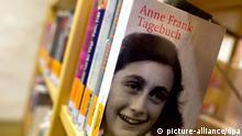 Anne Frank Bücherregal der Stadtbibliothek im sächsischen Pirna