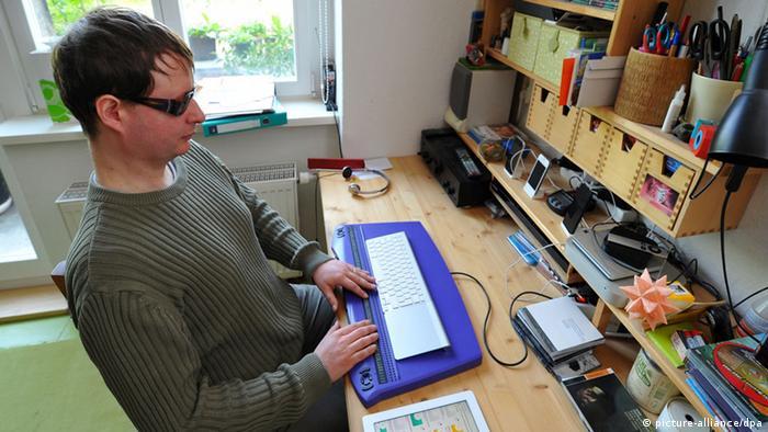 Ein blinder Mann mit einer speziellen Computertastatur