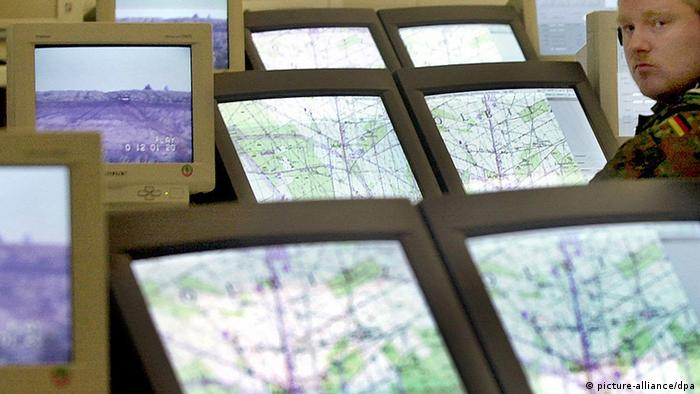 Computer screens in a Bundeswehr training facility. (Photo: dpa - Bildfunk)
