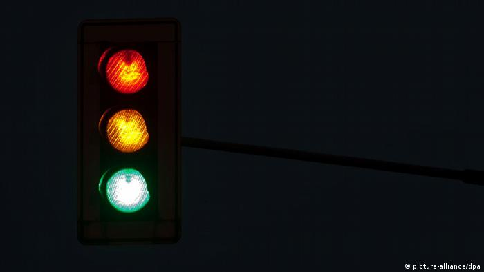 An illuminated traffic lights symbolizes the coalition government in power in Rheinland-Palatinate since last year. Red represents the center-left SPD, yellow the liberal FDP and Green the Green Party.