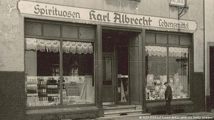 Bildergalerie Aldi - Karl Albrecht Spiritousen und Lebensmittel 1930 (ALDI Einkauf GmbH & Co. oHG via Getty Images)
