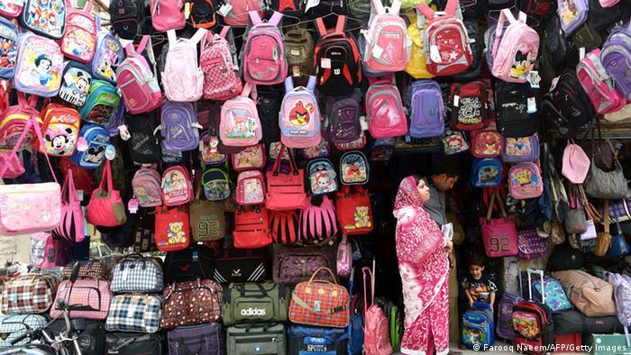 Schultaschen in Pakistan (Farooq Naeem/AFP/Getty Images)