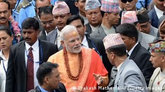 Indischer Premier Modi in Nepal - Indian Prime Minister Narendra Modi (C) leaves following his visit at the Pashupatinath Temple in Kathmandu on August 4, 2014. Indian Prime Minister Narendra Modi arrived in Nepal to try to speed up progress on power agreements while also aiming to counter rival giant China's influence in the region. Modi flew into Kathmandu for talks on strengthening trade ties including harnessing Nepal's vast hydropower resources in the first visit by an Indian prime minister to the Himalayan nation in 17 years. AFP PHOTO/Prakash MATHEMA (Photo credit should read PRAKASH MATHEMA/AFP/Getty Images)