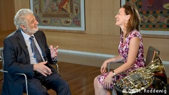Plácido Domingo und Sarah Willis sitzen sich gegenüber und unterhalten sich