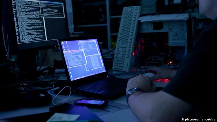 بر اساس این گزارش از اوایل ۲۰۱۲ مقامات آمریکایی به دفعات هشدارهایی مبنی بر پیشرفتهای چشمگیر «پلیسهای سایبری» ایران دریافت کردهاند