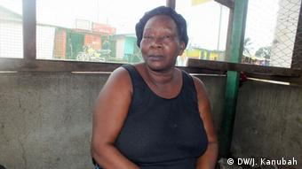 Elizabeth Wobe arbeitet als traditionelle Heilerin in Liberia (Foto: DW/Julius Kanubah)