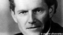 Um den als Schindler von Osnabrück bekannt gewordenene Juristen Hans Calmeyer (undatiertes Archivbild) ist ein deutsch-niederländischer Historikerstreit entbrannt. Nach Ansicht des Calmeyer-Biographen Niebaum rettete der Osnabrücker in der Nazizeit mehr Juden als Oskar Schindler - nach Ansicht des niederländischen Historikers Stuldreher sei der vermeintliche Widerstandskämpfer dagegen ein legalistischer deutscher Beamter gewesen, der die Rassengesetze ausführte und mitschuldig ist am Holocaust. dpa (Nur s/w, zum dpa Korr.-Bericht Deutsch-holländischer Streit um 'Schindler von Osnabrück' entbrannt vom 30.11.1998)