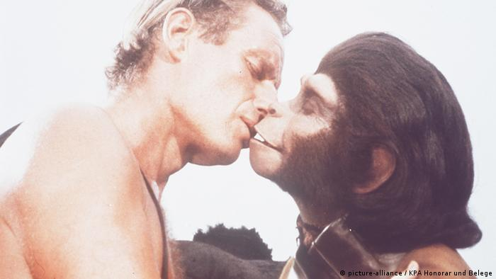Charlton Heston kisses Kim Hunter in Planet of the Apes (picture-alliance / KPA Honorar und Belege)