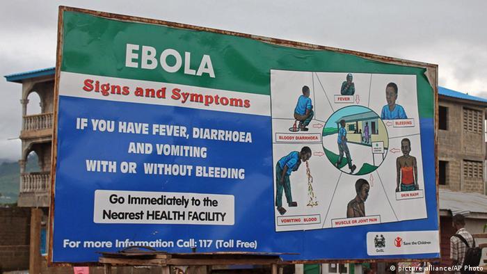 Aufklärung in Sierra Leone: Das Schild weist darauf hin, bei Ebola-Symptomen sofort ins nächste Gesundheitszentrum zu gehen (Foto: AP)