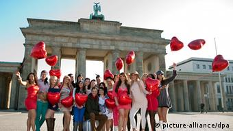 Brides-to-be at the Brandenburg Gate (picture-alliance/dpa)