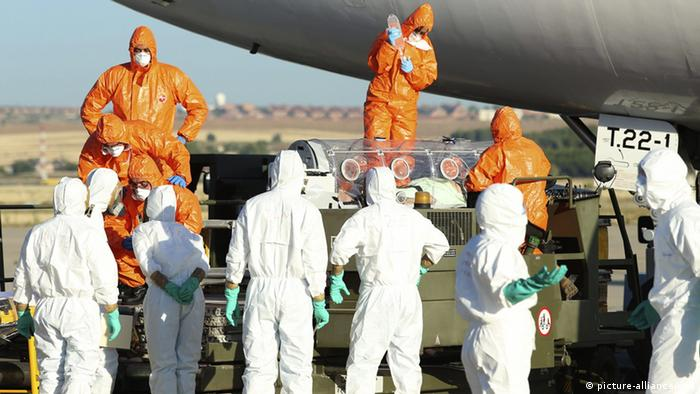 Paramedics wearing protective suits as they move Spanish missionary Miguel Pajares, who is infected with ebola, into an ambulance upon his arrival at Spanish Air Force (Photo: EPA/SPANISH DEFENSE MINISTRY)